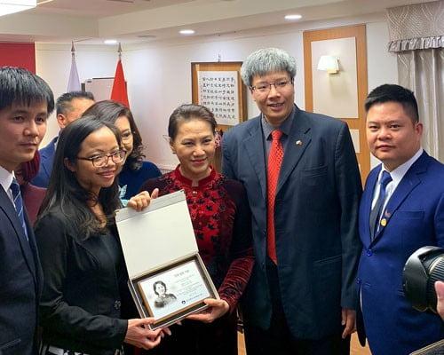 Chủ tịch Quốc hội Nguyễn Thị Kim Ngân trò chuyện với GS Trần Hải Linh (thứ hai từ phải qua) trong chuyến thăm Hàn Quốc tháng 12-2018 Ảnh: TUẤN ANH