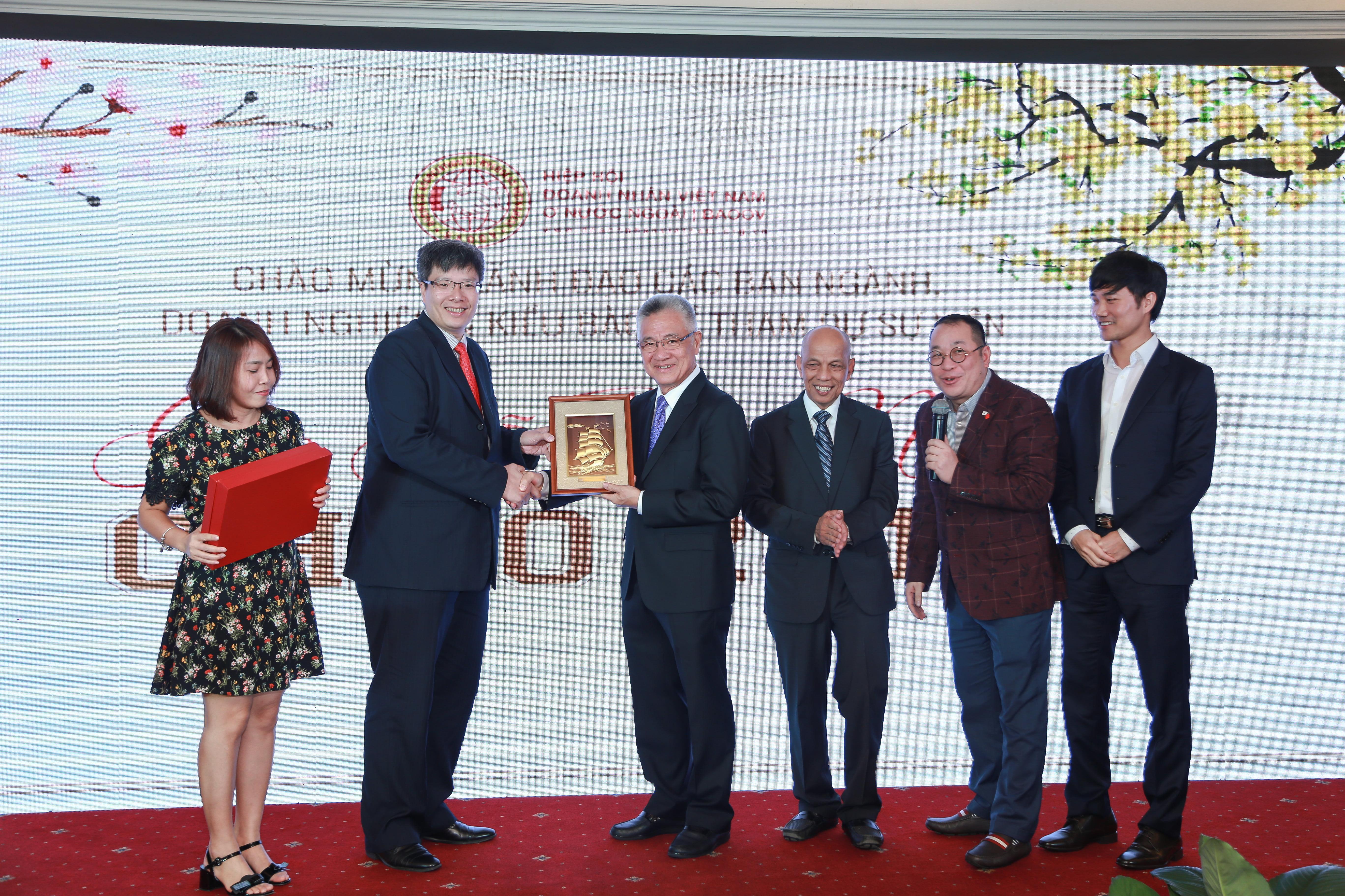Chủ tịch Hiệp Hội Doanh nghiệp Việt Nam tại Hàn Quốc (VIBAK) trao tặng quà lưu niệm cho Hiệp hội BAOOV.