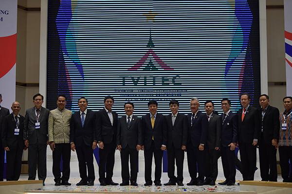 Đồng chí Hầu A Lềnh chụp ảnh cùng các đại biểu và doanh nhân Việt kiều.