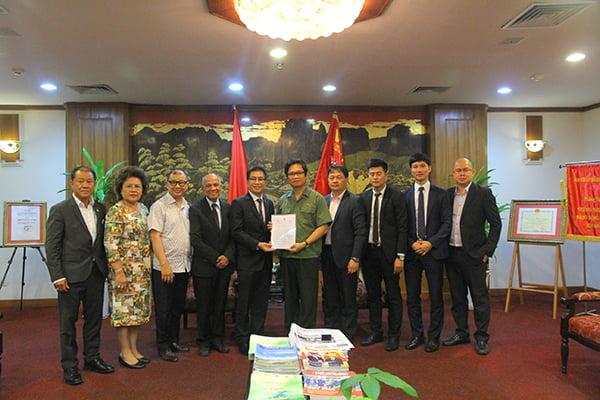 Chủ tịch VCCI - TS Vũ Tiến Lộc (thứ 5 từ phải vào) cùng đoànHiệp hội Doanh nhân Việt Nam ở nước ngoài