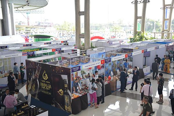 Một góc khu trưng bày sản phẩm của các doanh nghiệp Việt Nam, Việt kiều và Thái-lan.