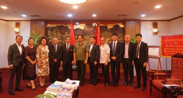 Ông Vũ Tiến Lộc, Chủ tịch VCCI chụp ảnh cùng Hiệp hội Doanh nhân người Việt Nam ở nước ngoài.