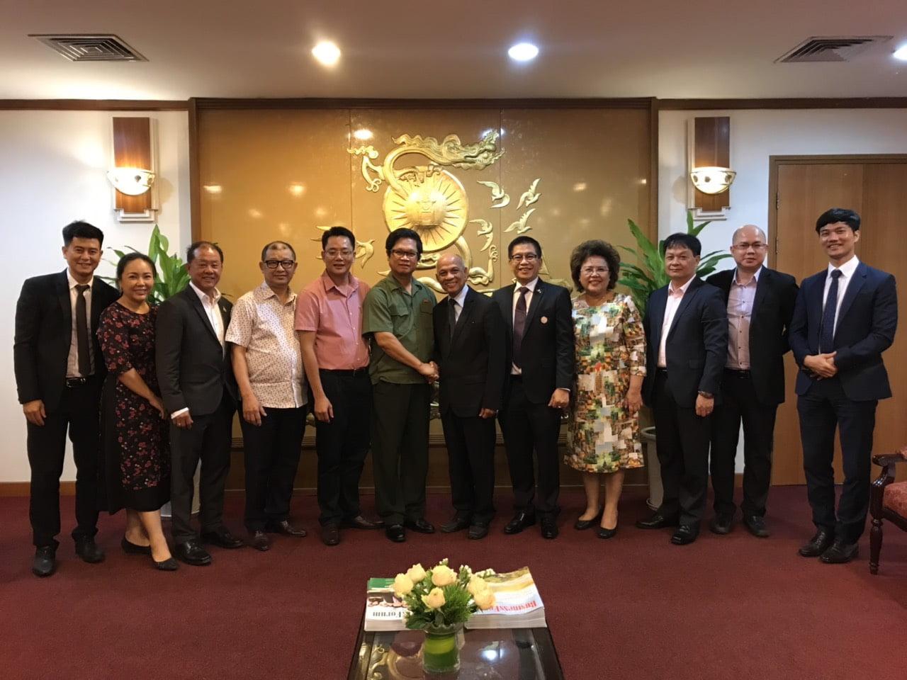 Ông Vũ Tiến Lộc, Chủ tịch VCCI chụp ảnh cùng Hiệp hội Doanh nhân người Việt Nam ở nước ngoài