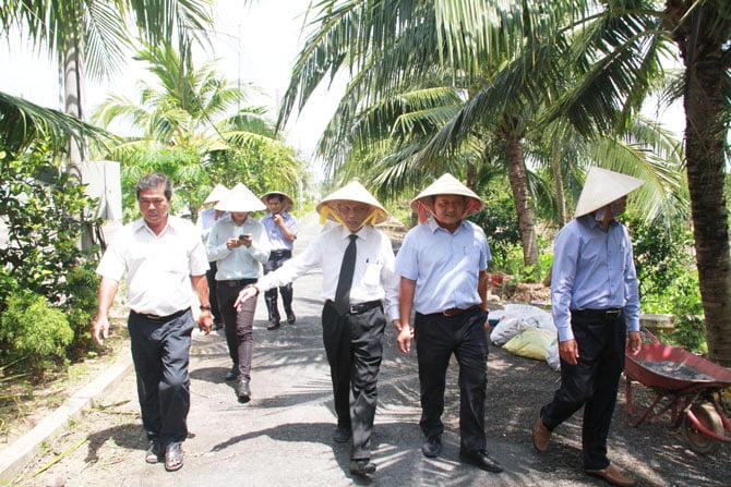 Ông Peter Hồng cùng các đại biểu thăm quan thực tế Trung tâm Nông nghiệp ứng dụng cao tỉnh Bến Tre.