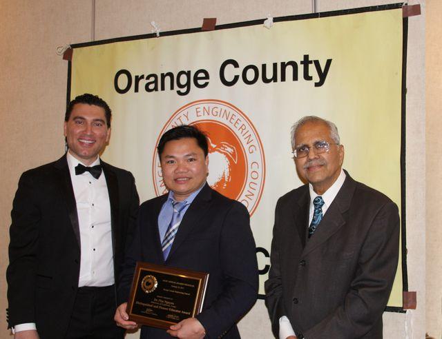 Anh Nguyễn Đình Phú trong lễ trao giải ngày 16/2 vừa qua tại Quận Cam, California (Hoa Kỳ). Ảnh: OCEC.
